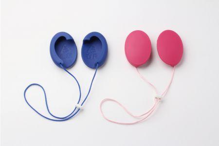 【補聴耳カバー 私のミミ:株式会社中部デザイン研究所】 「私のミミ」は加齢性難聴の方のため、電池不要で共鳴作用により音声を強調する。以下の特性を有します。 ①共鳴により最大14.1dB音声を強調する。 ②耳に掛けるだけで使える。設定、調整、メンテナンス不要。 ③耳穴を塞がず軽量・軟質でストレスが小さい。 ④音源の方向、距離感が分かる。 ⑤サイズ、性別を問わず使えるユニバーサルデザイン。 ⑥導入コストが低く、ランニングコストはゼロ。