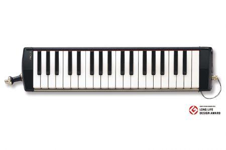 【メロディオンPRO-37:株式会社鈴木楽器製所】従来、メロディオンは園児や小学生などビギナーを対象としていた。一方、音楽愛好家やプロミュ−ジシャンにとって、自分のイメージした音が出るかどうかは楽器に求める最優先の価値である。PRO-37は、音質にこだわった素材と、高度な演奏テクニックに答える、高精度な加工技術でそのニーズを満たした。木目調を生かした落ち着いたデザインは上質感を表現している。(資料提供:株式会社鈴木楽器製所)