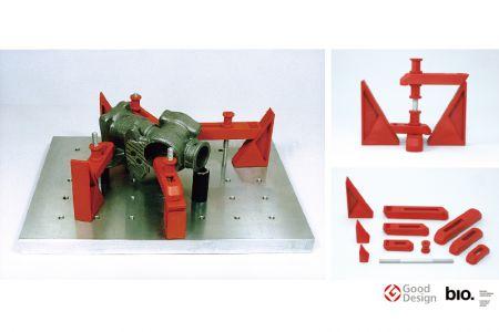 【プラクランプ:株式会社ナベヤ】 世界初のプラスチック製クランプ。加工した部品を常磐に固定し精密測定器で測定する。 従来のものは鋳物性で重く、落としたり倒した際に精密な定盤を傷つけていた。 プラスチック製クランプの開発によりその欠点を解決した。豊富な種類で複雑な形状の加工物に対応する。 (資料提供:株式会社ナベヤ)