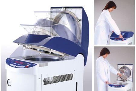 【滅菌器 ハイクレーブHG-50:株式会社平山製作所】 本滅菌器は蓋の自動開閉により作業を効率化し取り忘れを防ぐ。広く浅い滅菌カゴにより取出し口高さを750mmに抑え、身長の低い人も中が見やすく、前かがみになる作業負荷を緩和した。操作パネルの最適な角度・レイアウトについて、モデルを通じてスタディし、大型で見やすい操作パネルを実現した。片手で操作できると好評である。販売面でも経営に大きく貢献している。(資料提供:株式会社平山製作所)
